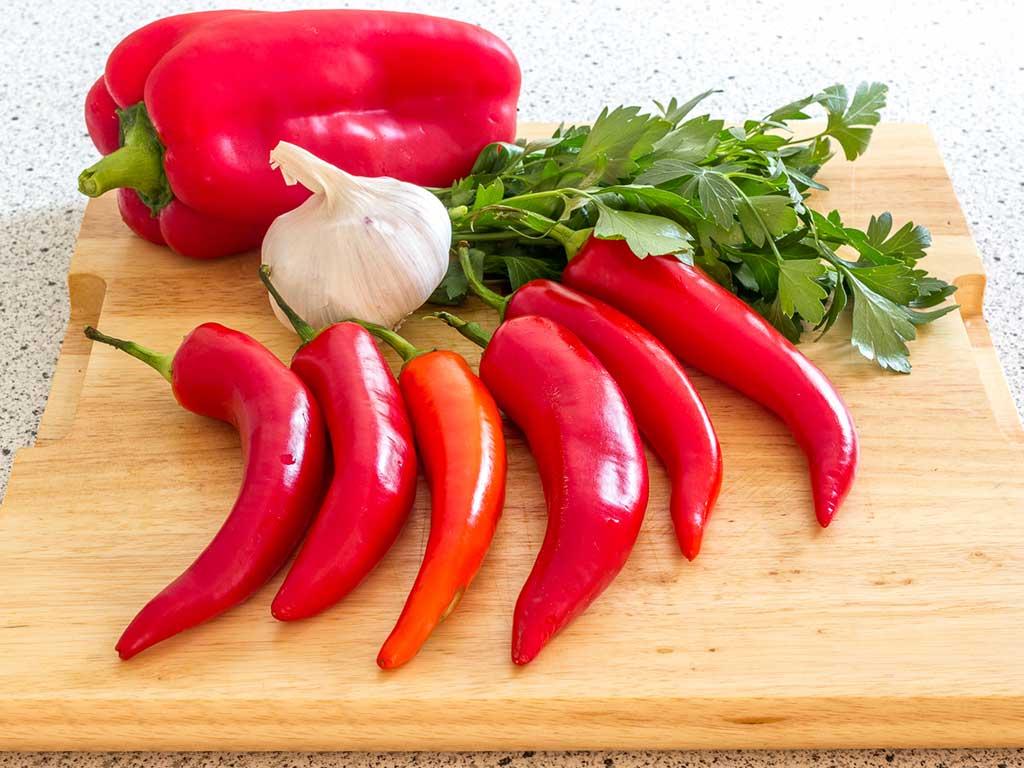Сладкие красные перчики с петрушкой и чесноком по домашнему