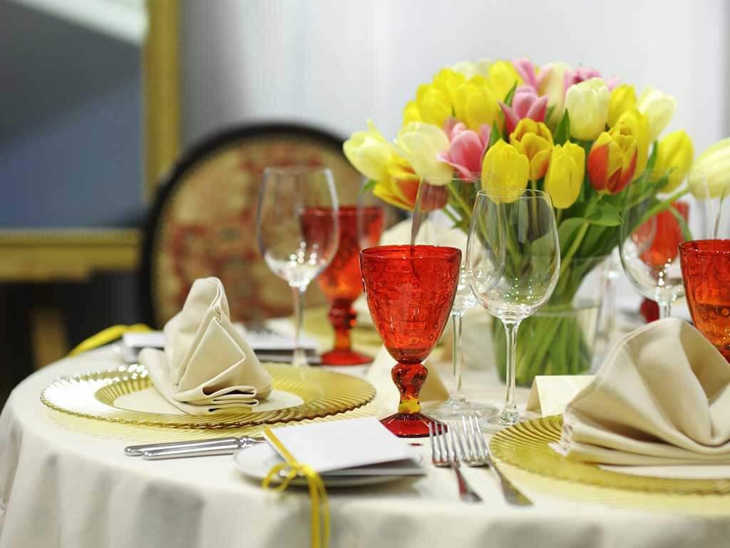Цветы на праздничном столе: что можно, а что нельзя! Учимся соблюдать правила!
