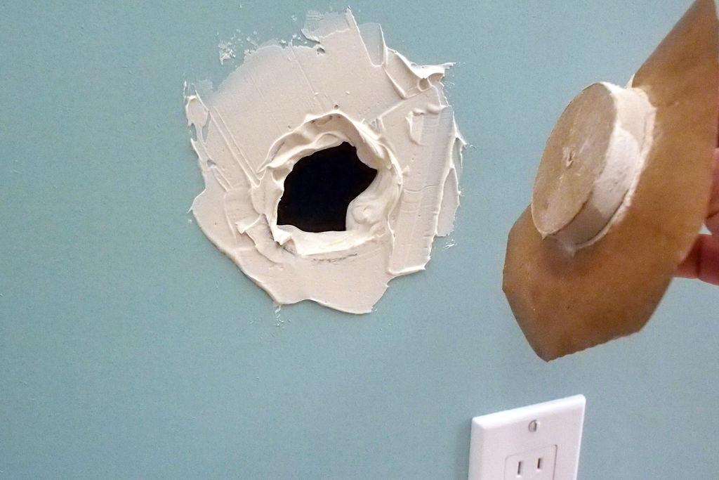 Что делать с дырой в стене?